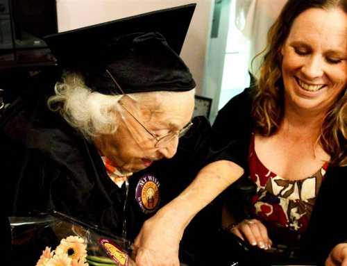 La dona que va aconseguir el títol de batxillerat als 105 anys