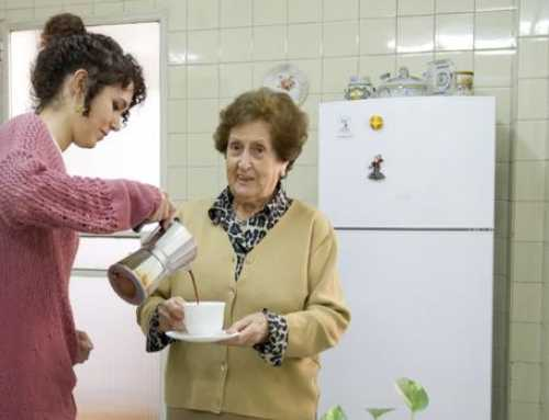 Estudiants universitaris que conviuen amb gent gran
